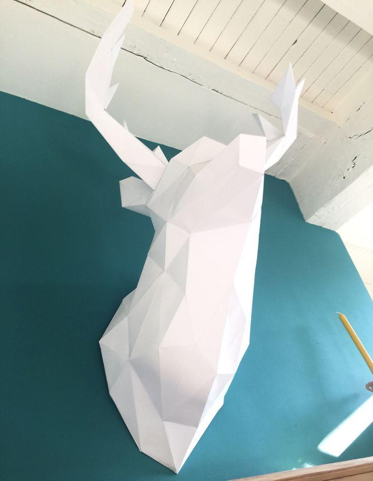 """Trophée Cerf origami XL de chez PAPERTROPHY, peinture couleur """"menthol"""" de chez Dulux Valentine"""