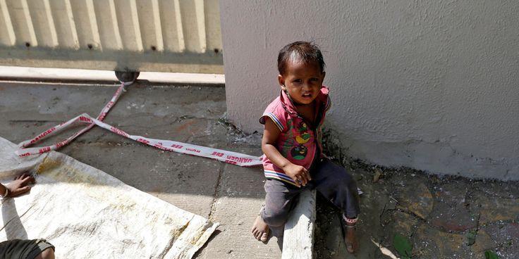 Shivani tiene 15 meses pero ya sabe lo que es la soledad. Cada mañana, sus padres se van a trabajar y la dejan atada a una roca con un trozo de cinta de plástico que lleva sujeto a la pi
