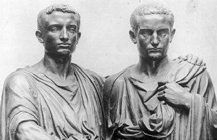 Tiberius Sempronius Gracchus, plus âgé que son frère Caïus, est né en 164 av. JC à Rome. Il accompagne Scipion Emilien en Afrique, et devient questeur en 137 av. JC, puis tribun de la plèbe en 133 av. JC . Il essaie de faire voter la Lex Sempronia ( = la loi de Sempronius ) qui est établie pour : - partager entre les pauvres les terres publiques , - rendre le blé moins cher pour les pauvres, - habiller les soldats aux frais de l' État , - interdire d'enrôler un homme de moins de dix-sept ans