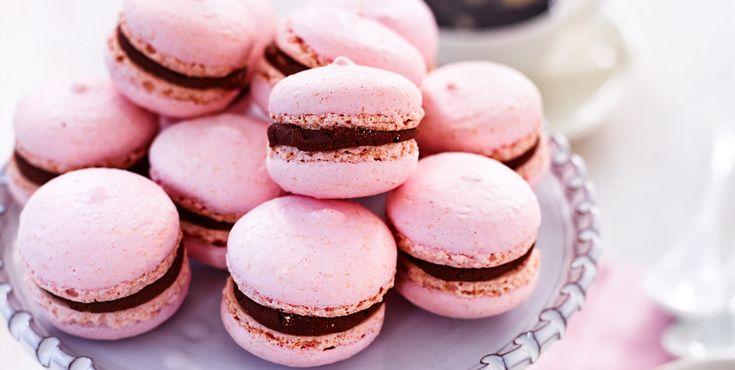 Gluten-free : Hallon och choklad i en härlig blandning, kan det bli bättre? Makron är ett litet bakverk gjort på äggvita, likt en biskvi med fyllning emellan.