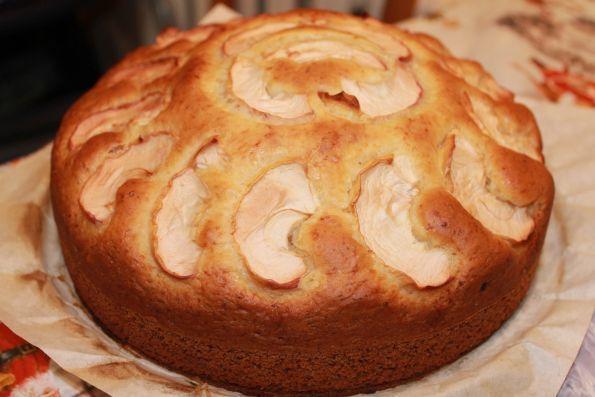 Очень быстрый пирог на кислом молоке кефир-1 стакан  яйца-2-3 шт  сахар-1 стакан  сода-1 ч.л.  мука-2-3 стакана  фрукты по вкусу