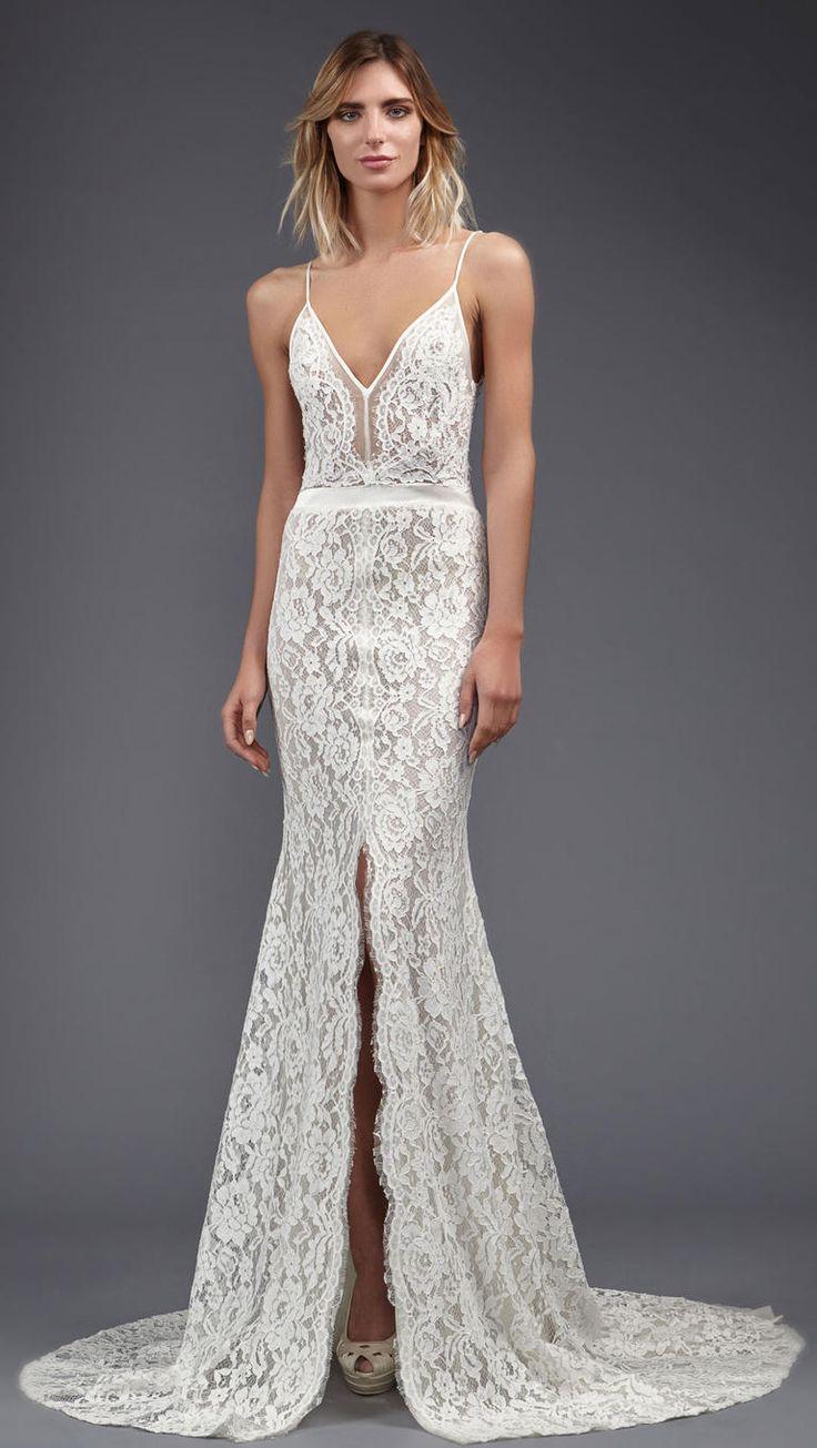 Vestido de noiva longo, de alcinhas, inteiro rendado e com fenda frontal. Da coleção Victoria KyriaKides primavera 2017.