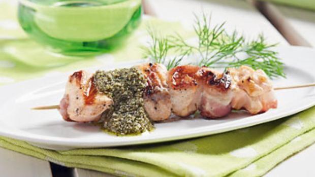 Laksespyd med bacon og pesto   Ugebladet SØNDAG