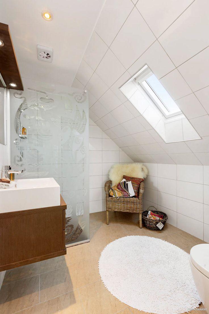 Toaletten på övre plan får ljus genom takfönstret