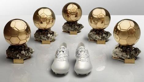 Vienen con un mensaje muy particular. Mirá las fotos. Luego de conquistar su quinto Balón de Oro, se dieron a conocer los nuevos botines de Messi
