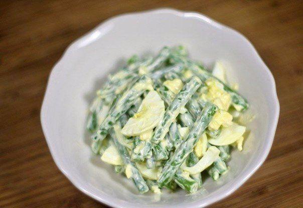 Вкусный салат из зеленой фасоли с яйцами