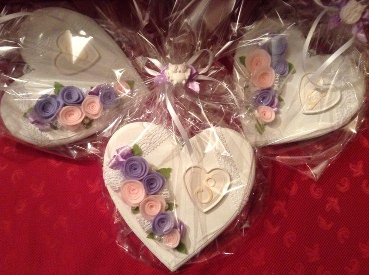 Cuori di legno decorati con fiori fatti a mano e cuore in polvere di ceramica.....ottimo regalo!!!