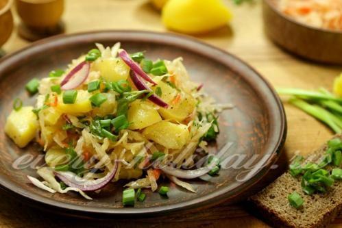 Постный картофельный салат с квашеной капустой