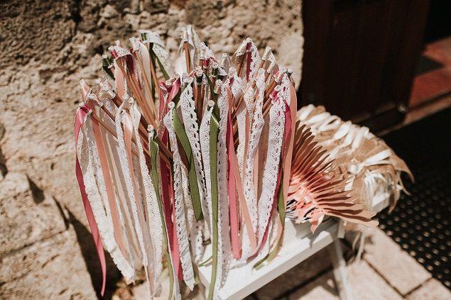 Hallo,  Wedding Wands dürften vielen von euch mittlerweile ein Begriff sein. Die kleinen niedlichen Zauberstäbe mit Bändern. Die bekommen eure Gäste um euch als frisch getrautes Paar im Spalier zu begrüßen. Eine schöne Alternative zum Blumen streuen und Reis werfen, denn in vielen Kirchen und bei