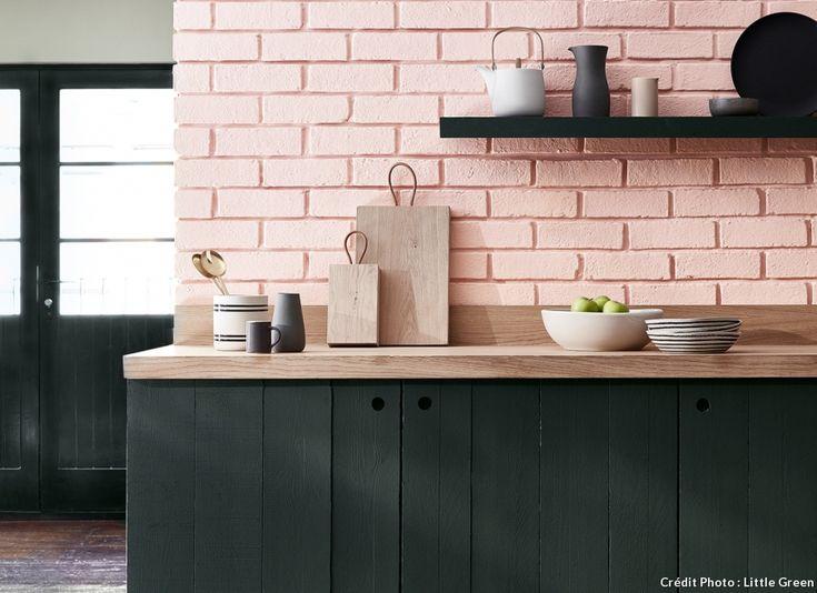Pour redonner du style et un sérieux coup de jeune à une cuisine, les briques sont peintes en rose.