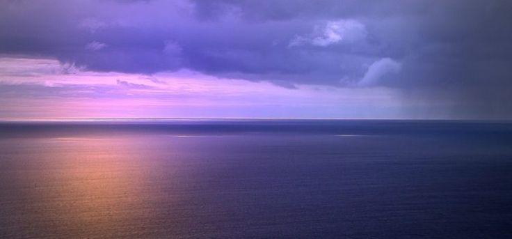 Invitatie in insula Madeira, Portugalia!  Insula Madeira se afla in Oceanul Atlantic, la aproximativ 2 ore de zbor din Lisabona, este intr-adevar insula primaverii eterne, iarna temperaturile nu scad sub 15* iar vara nu depasesc 28*.