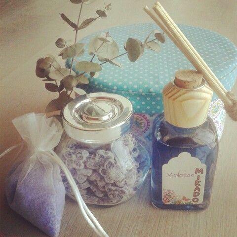 """""""Kit violeta"""" El regalo perfecto. Un mikado artesanal con olor a violetas, un saquito de sales aromaticas para la ropa y un botecito con deliciosos caramelos de violeta. Quedaras bien si o si :)  Www.envelados.com #kits #regalos #violetas #caramelos #ambientadores #mikados"""