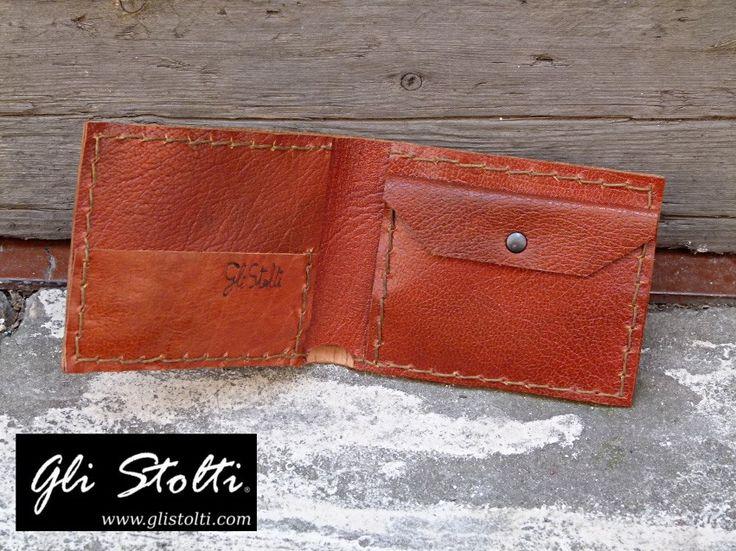 Portafoglio Uomo artigianale in cuoio pregiato tenné lavorato e cucito a mano. Vai al link per tutte le info: http://glistolti.shopmania.biz/compra/portafogli-uomo-in-cuoio-pregiato-tenne-187 Gli Stolti Original Design. Handmade in Italy. #glistolti #moda #artigianato #madeinitaly #design #stile #roma #rome #shopping #fashion #handmade #style #cuoio #leather