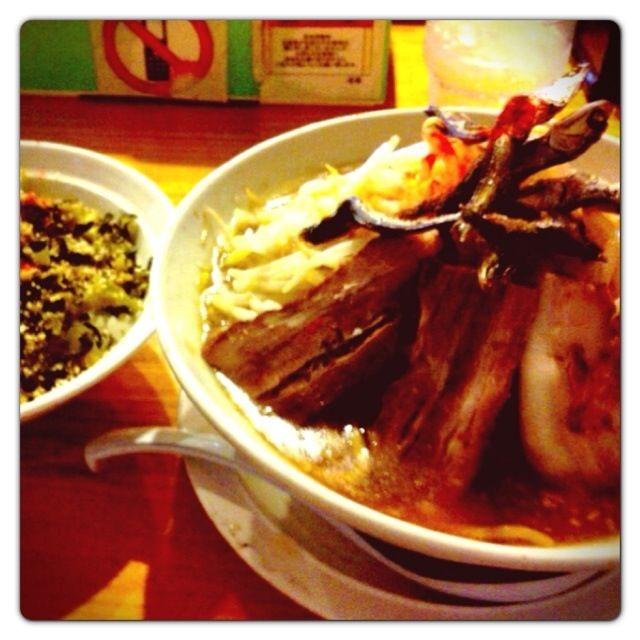 ここのラーメン屋さんは二度目。 野菜、タレ、油の全部増し&ニンニク有り! 味は美味しいけど、上に乗ってる煮干しは無くてもいいかな(^_^;) - 76件のもぐもぐ - にぼ次郎ラーメン&高菜ご飯@草津市 by Fumi