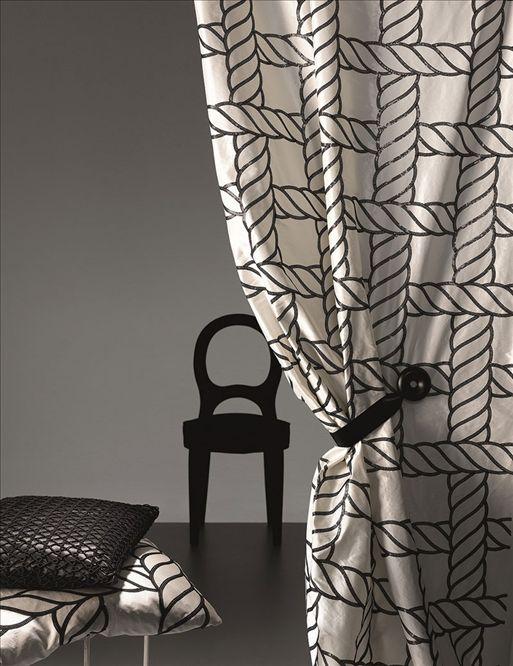 """""""Пепита"""" и """"куриная лапка"""", жатая ткань для штор, макраме для спальни и """"оригами"""" для украшения стен - следуя за Высокой модой по подиумам мира, дизайнеры добавляют в коллекции тканей для дома интересные принты, необычные плетения, вышивки и используют самые изысканные цветовые палитры."""