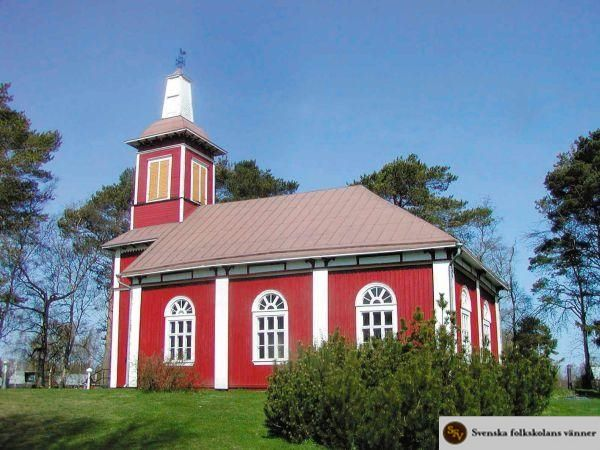 Björkö kyrka i Korsholm uppfördes enligt ritningar av byggmästaren Isak Isaksson- Österholm och invigdes 1859. Den används idag som gudstjänstlokal av Replots församling. Foto: Harry Leinonen.