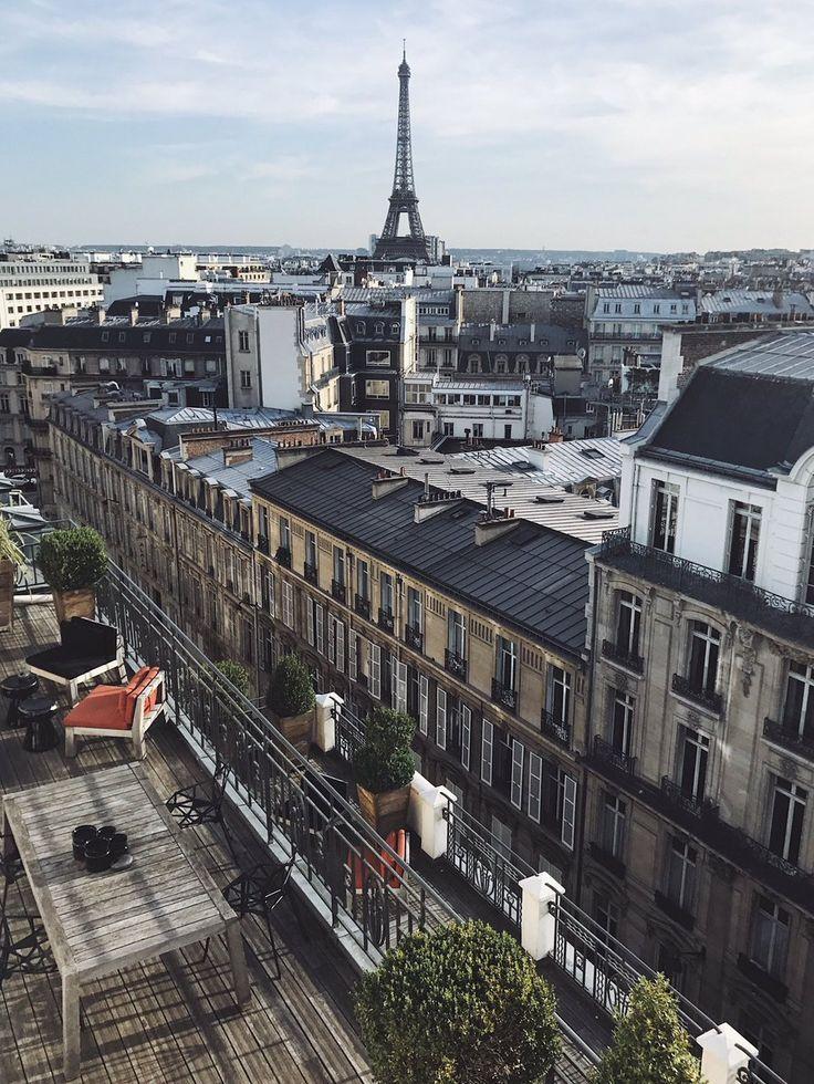 La Tour Eiffel depuis l'Hôtel Marignan, Paris. Photo: Capra311.