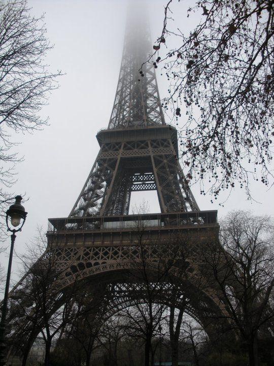 Torre Eiffel entre la niebla