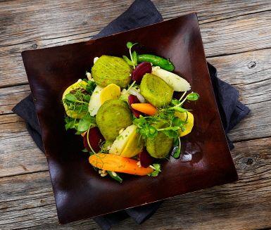 Recept: Ärtbiffar med kamutvetesallad och  picklade grönsaker