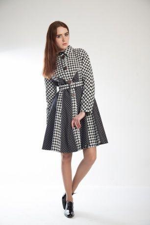 Осеннее пальто из денима в классических принтах, в контрастном чёрно-белом сочетании.Модель приталенного силуэта с расклешённым низом, рукав реглан, воротничок, застегивается на ряд крупных пуговиц. В комплекте прилагается ремень.#SvetlanaBekareva