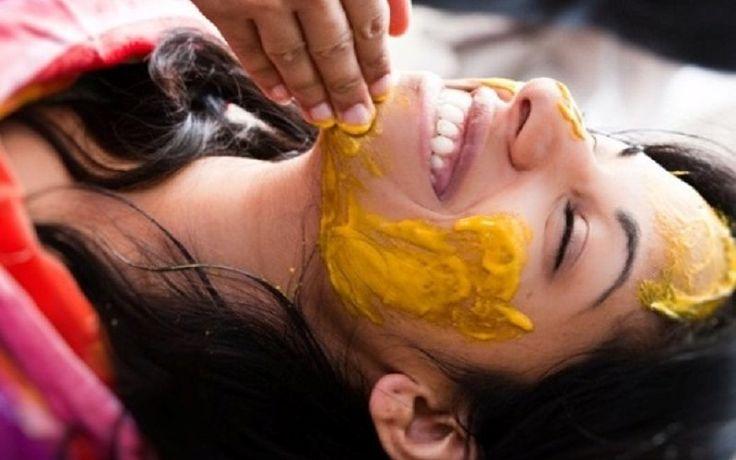 Kurkuma je používaná v kozmetike, maska s prídavkom korenia prispieva k obnove problematickej pleti, vyhladzuje plytké vrásky a zužuje rozšírené póry. Hýčkajte svoju pleť, pripravte si jednoduchú masku z kurkumy a ovsených vločiek! Recept Zmiešajte 1/2 lyžičky korenia, 1 lyžica ovsených vločiek a malé množstvo vody.Naneste masku na vyčistenú tvár