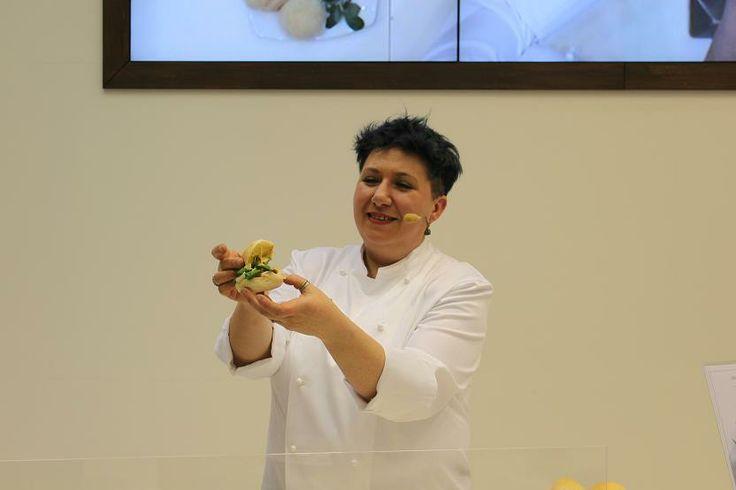 """Il """"Marino"""" di Bea Petrini inaugura la tre giorni de Il Panino da Re nello stand del Consorzio Prosciutto di Parma a Cibus. La brava chef di Noceto (PR) ha fatto sposare il Prosciutto di Parma con le ostriche e la birra Aran del birrificio Argo di Lemignano di Collecchio. Qui la ricetta http://www.informacibo.it/_sito/cucina-nel-mondo/il-marino-chef-maria-beatrice-petrini/"""