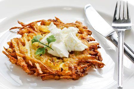 Τριμμένες πατάτες στο τηγάνι με σάλτσα γιαουρτιού - Γρήγορες Συνταγές | γαστρονόμος online