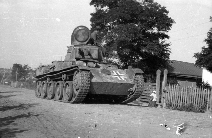 "Фото: Венгерские танки 38.М «Толди I» в деревне на Украине Hungarian light tanks 38.M ""Toldi I"" (Toldi I) pass through the village in Ukraine."