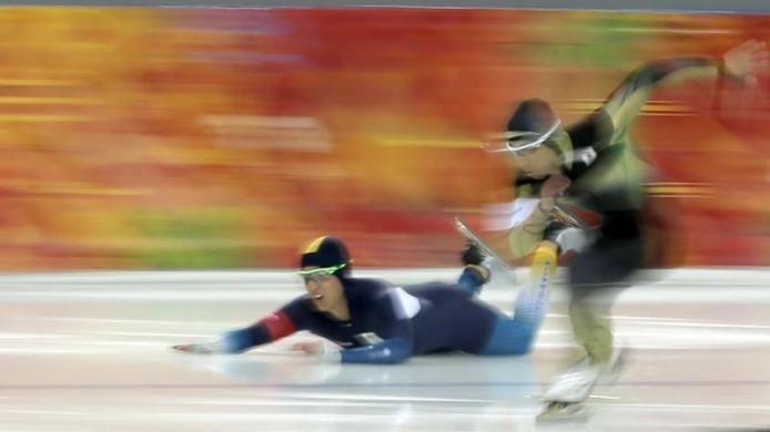 Téli olimpia témájú írások a blogon -> http://blog.volgyiattila.hu/olimpia-szocsi  Az ausztrál Daniel Greig elesik a japán Yuya Oikawa elleni versenyben a Téli Olimpia férfi 500 méteres gyorskorcsolya Szocsiban, 2014. február 10-én. Fotó: Phil Noble/Reuters #fotó #sportfotó #sajtófotó #szocsi #sochi2014 #gyorskorcsolya #bukás #esés #sport