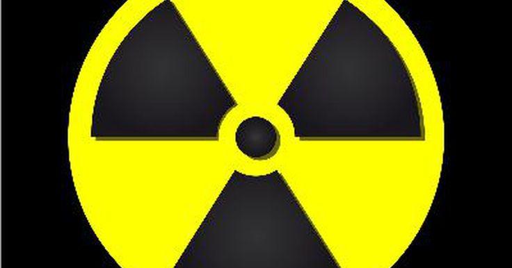 Como ler um contador Geiger. Um contador Geiger detecta radiação ionizante, como partículas beta e gama. Alguns modelos também detectam partículas alfa. O componente primário de um contador Geiger é um tubo preenchido com um gás que conduz eletricidade quando atingido por radiação. Isso permite que o gás complete um circuito elétrico. Esse processo envolve, normalmente, mover ...