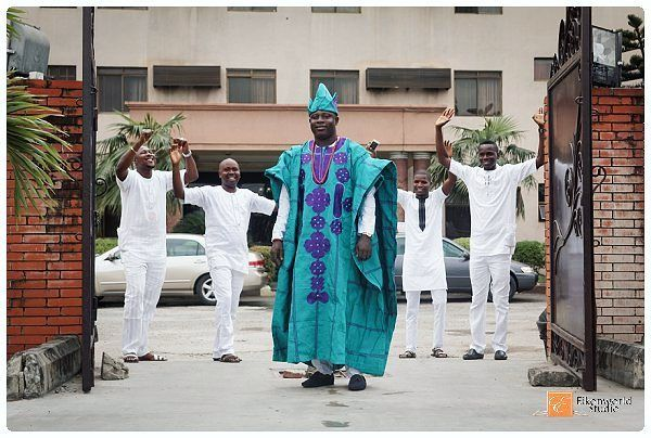 Abisoye with his gang having a fun time before dancing in for his #traditional #wedding in lagos. #asoebibella #asoebi #asoebispecial #boys #dudes #funpic #traditionalwedding #lagoswedding #lagosweddingphotographer #eikonworld