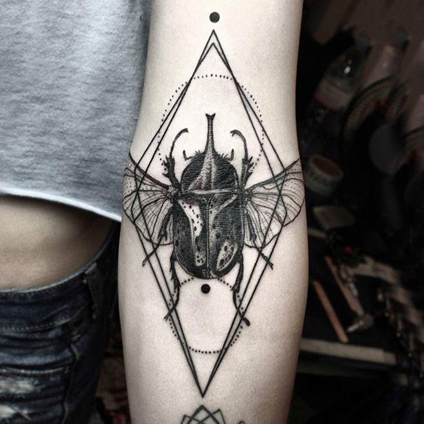 Okan Uçkun est un tatoueur turque dont les tatouages géométriques sont dans un style contemporain très en vogue de nos jours.