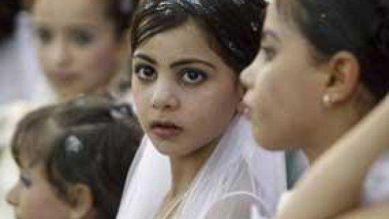Sposare bambine è vietato dalla Convenzione del 1979 delle Nazioni Unite. Eppure il 23% si sposa prima dei 18 anni. Un altro effetto collaterale della guerra civile. Molte famiglie povere considerano il matrimonio delle figlie bambine la sola via per garantire loro la sopravvivenza