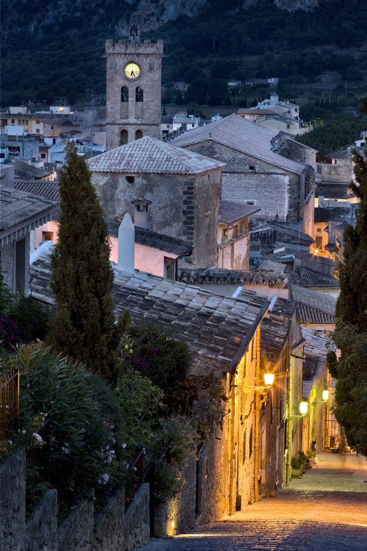 Entre sus encantos, calles y casitas de piedra, paseos nocturnos, un clima privilegiado y preciosas calas de aguas cristalinas.Pollensa (Mallorca)