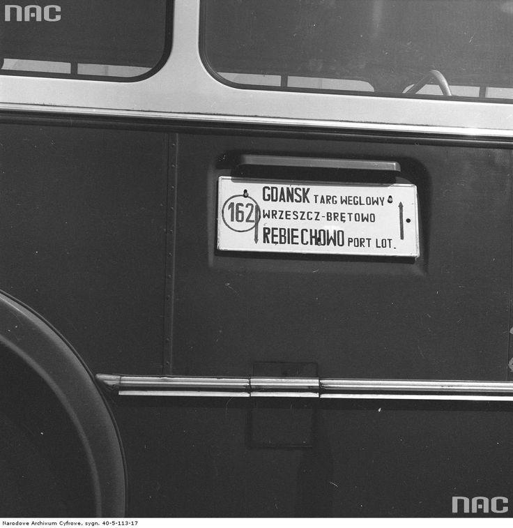 """Tabliczka informacyjna z trasą na autobusie linii 162. Widoczny napis """"Gdańsk - Targ Węglowy - Wrzeszcz - Brętowo - Rębiechowo Port Lot.""""."""