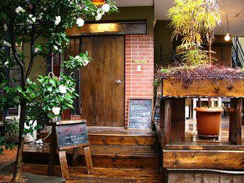 若者に大人気の街、下北沢にある「mois cafe」 路地を一本入るとそこに佇む、古民家カフェです。 暗くなってから行くときは、通りすぎないようにご注意を!