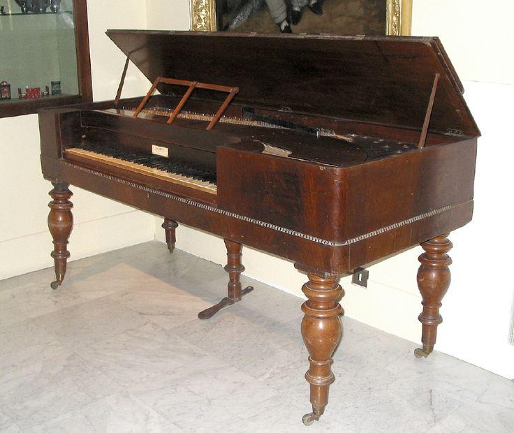 Piano de mesa, de 1860. #Madera #Música #Instrumentos #MNAD