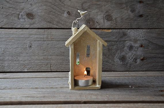 Diese zarte kleine Haus würde ein schönes Geschenk machen. Teelichter-Halter wird mit weißen Steingut hergestellt. Kleine Fenster und eine Tür ist offen, die Licht leuchten zu lassen. Ein Vogel fliegen auf dem Dach. Du kannst eine kleine Pflanze im Garten. Die sukkulente ist nicht in der Liste enthalten. Jede Teelichthalter ist einzeln in Steinzeug von mir handgemacht. Aufgrund ihrer handgefertigten sind keine zwei Teelicht-Halter identisch.  Vergessen Sie nicht, die Teelichter…