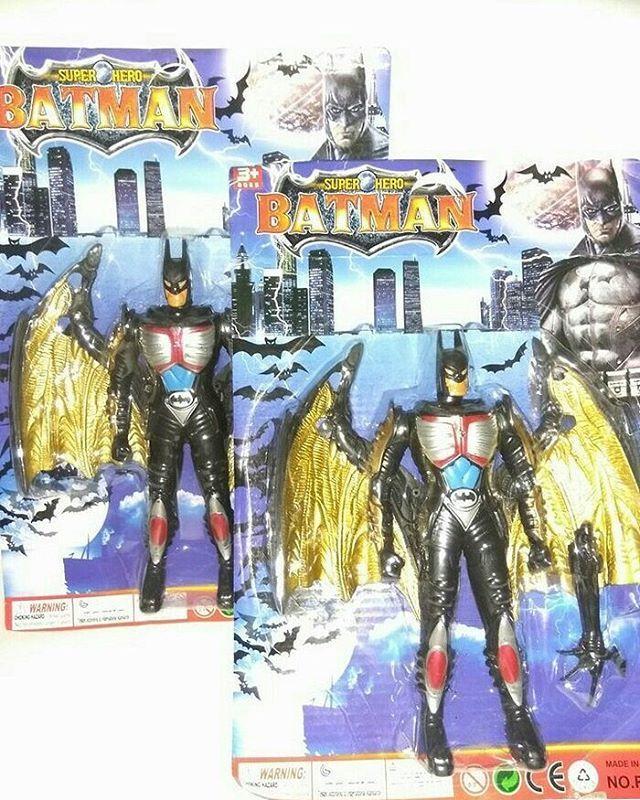 Mainan Robot Batman, Mainan ini di lengkapi 1 tangan senjata & sepasang sayap, serta bisa menyala lampu di bagian dada bila di tekan tombol di punggung, mainan yang sudah berlabel SNI ini cocok banget untuk melengkapi keceriaan si kecil.. Bahan: Plastik Ukuran Robot: Tingg 19cm, Lebar 8cm (jika menggunakan sayap lebar 16cm). Ukuran tangan senjata: 8cm  Harga: 16.000
