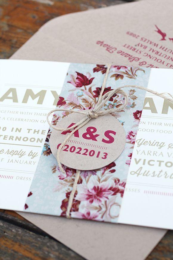 invitación de boda con fajín de flores