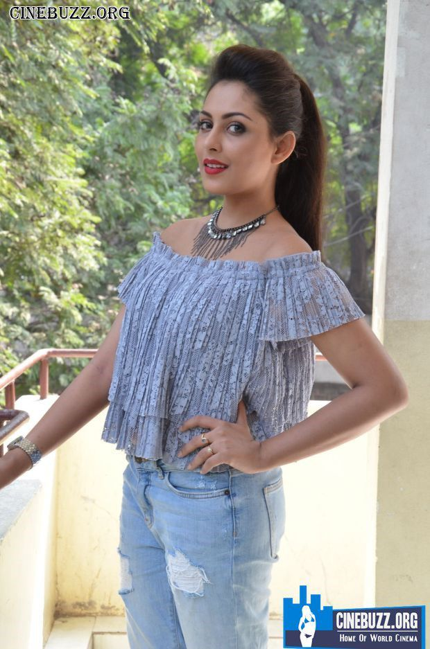 Madhu Shalini New Hot and Sexy Photos