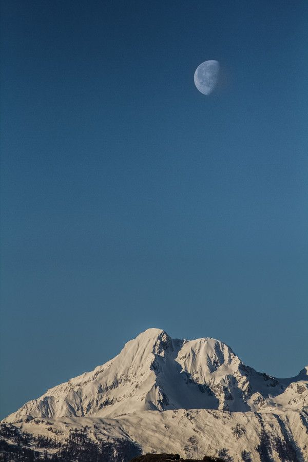 La lune a rendez-vous avec le Grand-Chavalard by Thierry Darbellay on 500px