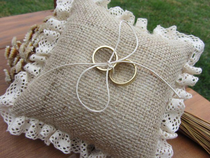 Almofada artesanal rústica para alianças. Confeccionada com juta, renda e cordão de algodão na cor pérola.