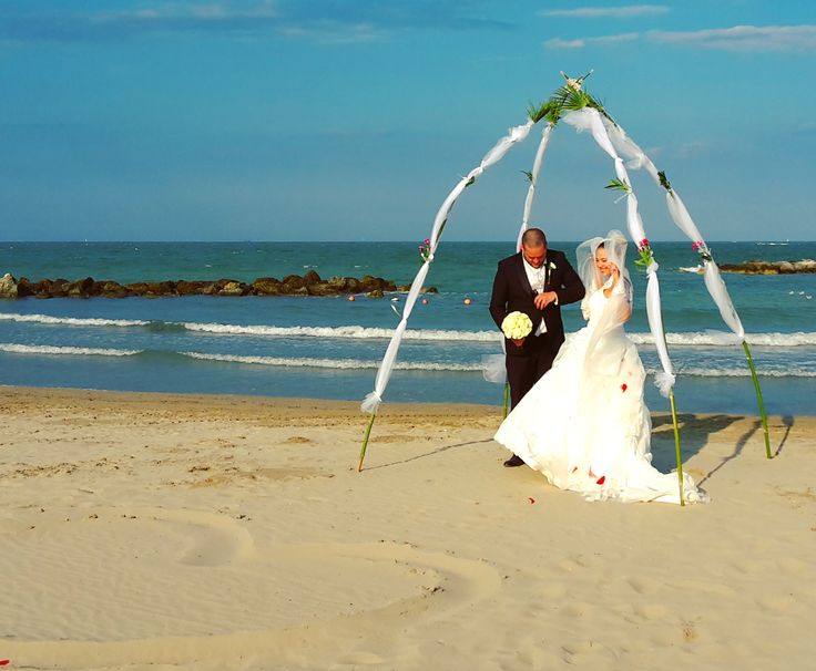 Beach wedding_what better than sea background for the pics of the most important day of your life. Bagno 10 Vatikaki Rivabella di Rimini Italy
