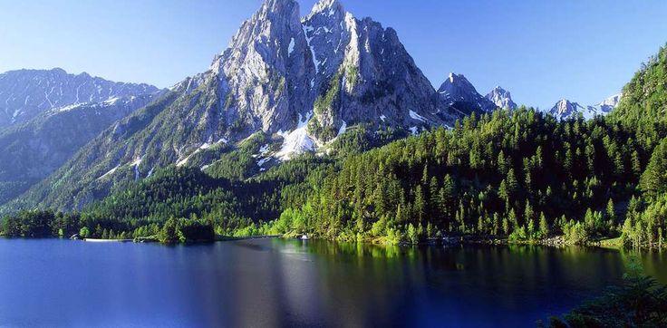 El lago de San Mauricio está situado a 1.910 m de altitud, en el fondo de un circo de origen glaciar.