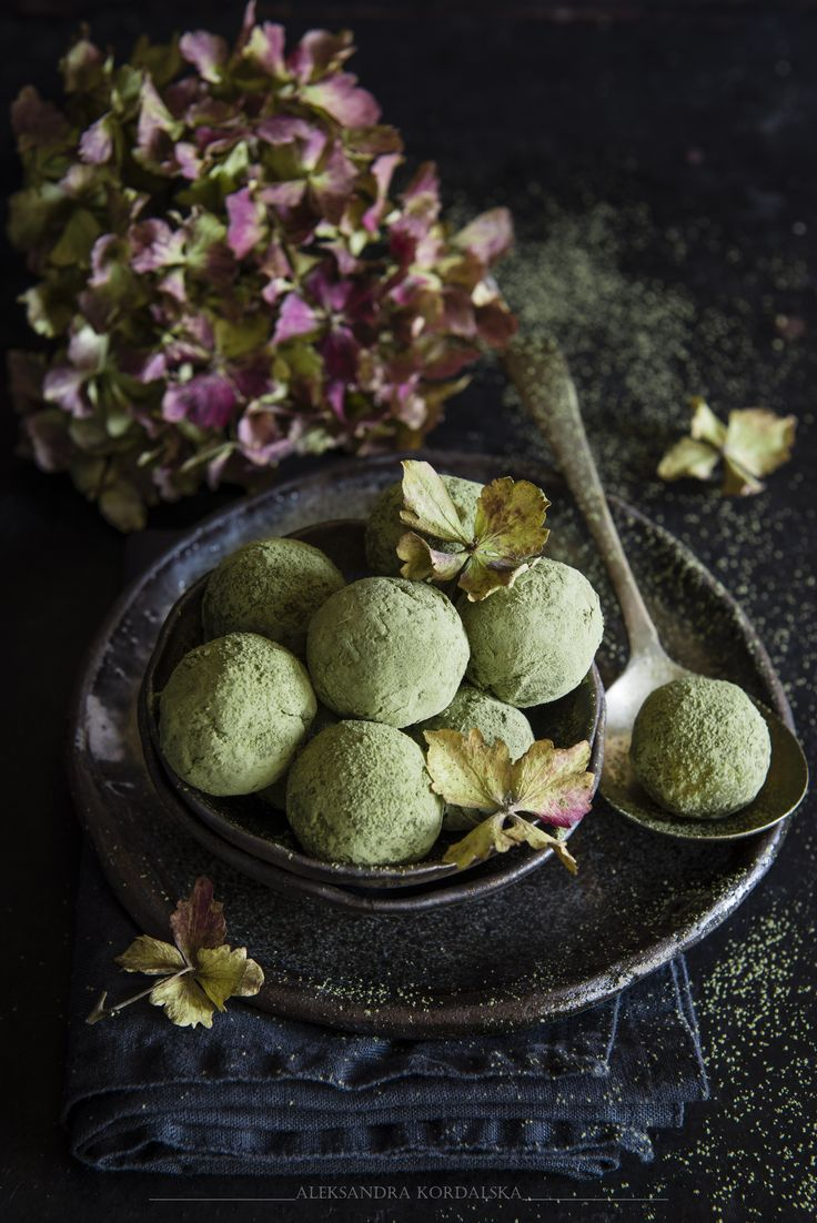 White chocolate truffles coated with matcha - Food Photography Aleksandra Kordalska #matcha #truffles #food styling