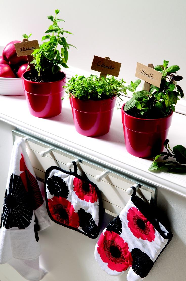 Bello efecto de colores rojo y negro en una cocina entera blanca. #Moderno #Cocina www.easy.cl