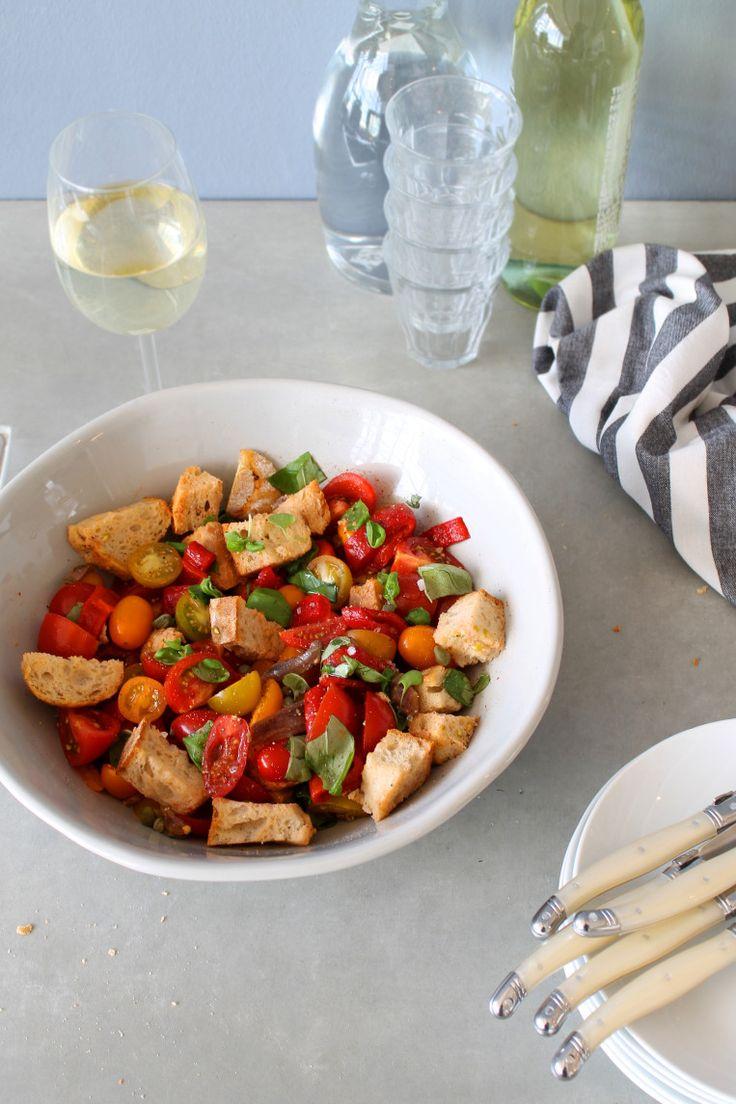 Panzanella slade met tomaten, geroosterde paprika, basilicum