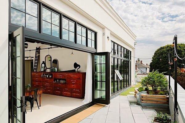 Keltainen talo rannalla: Moderneja koteja