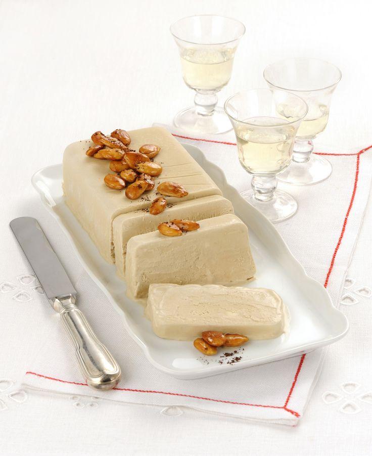 Semifreddo al caffè con mandorle pralinate : Scopri come preparare questa deliziosa ricetta. Facile, gustosa e adatta ad ogni occasione. Questo dolce/dessert ha un tempo di preparazione di 55 minuti.